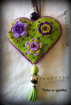 colar em feltro bordado com flores e missangas