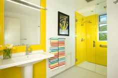 Modernes Bad mit Duschkabine in Gelb gefliest
