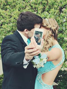 If I have a boyfriend at prom I wanna take this picture. It's super cute. Creative couple prom picture