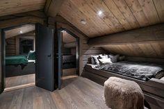 Modern Cabin Interior, Modern Rustic Homes, Home Interior Design, Mountain Home Interiors, Cabin Interiors, Attic Bedroom Designs, Attic Rooms, Alpine House, Tiny House Loft
