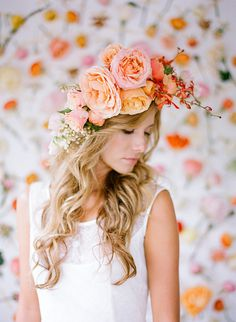 We continue to explore the floral trend in weddings and will talk about the big flower in the bride's hair. Traditional, fabric, or feather , we do not hesitate to adopt the big flower. Romantic Flowers, Big Flowers, Pretty Flowers, Bridal Hair Flowers, Wedding Flowers, Floral Headpiece, Floral Hair, Wedding Trends, Her Hair