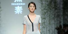 XISU è un brand dedicato alla moda femminile che incorpora la bellezza e la grazia dell'Oriente con un approccio fresco e minimalista proprio dell'Occidente.