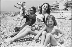 Serge Gainsbourg, Jane Birkin, Kate Barry et Charlotte Gainsbourg sur la place de Nice en 1972