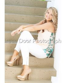 Senior pictures, cute pose and outfit.