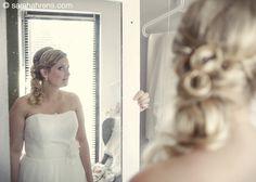 Einen guten Hochzeitsfotografen für die Hochzeit zu finden ist nicht immer leicht. Um so schöner, wenn man die richtige Wahl getroffen hat. Einen Fotografen der die Hochzeit im reportagestil den ganzen Tag begleitet und bereits beim fertig machen von Braut und Bräutigam dabei ist. So entstehen eindrucksvolle Motive, die voller Stimmung und Emotionen sind, denn Aufgeregt ist sicher jeder an seinem großen Tag