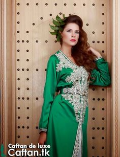 Un vert caftan de luxe présenté par une belle princesse ce caftan marocain 2014 en couleurs verte foncée bien pomponné par un fils brillant et Aakad de grande taille bien envisagée de loin.