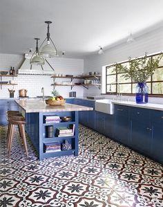 Dicen que el azul tiene propiedadescalmantes, pero a mí me pone el corazón a mil. Especialmente el turquesa;) Como últimamente parece que las cocinas con muebles de color azul me persiguen, he decidido dedicarles un post a ellas solitas, aunque en realidad el desencadenante y excusa perfecta para preparar esta entrada con 15 cocinas azules …
