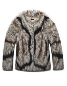 Grande gagnante dans la course aux tendances, le manteau en fausse fourrure nous fait de l'œil cet hiver. Coloré, noir, blanc, long ou court, voici 20 modèles dont on ne pourra plus se passer. Et en plus, la fausse fourrure, c'est écolo ! http://www.elle.fr/Mode/Manteau/Manteau-fausse-fourrure