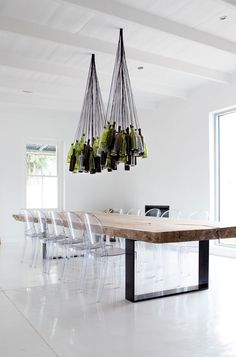 Séjour original avec suspension en bouteilles de verre vertes.