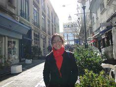 Passeando pela Cidade Velha... Ao fundo, o prédio da famosa livraria Más Puro Verso!