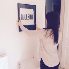 Jeg er faktisk gået hen og blevet rigtig glad for denne her, meget markante sort og hvide plakat. Den giver lidt kant til den klassiske boligindretning.  Så nu hænger den så fint på væggen og bidrager med lidt maskulint til denne ellers så feminine lejlighed :)