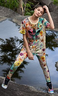 t-shirt, calça legging e tênis estampa Confete coleção verão Farm e Adidas Originals