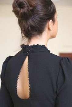 Chemisier Romane - The Right Hair Styles Back Neck Designs, Dress Neck Designs, Blouse Designs, Fashion Details, Look Fashion, Fashion Mode, Latest Fashion, Fashion Trends, Kurta Neck Design