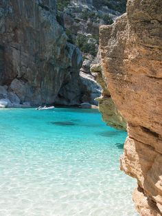 Het strandje Cala Gonone op het Italiaanse eiland Sardinië. Het blauwste water!