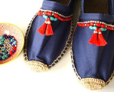 Discover recipes, home ideas, style inspiration and other ideas to try. Custom Painted Shoes, Custom Shoes, Diy Fashion, Fashion Shoes, Fashion Trends, Fashion Over 40, Boho Shoes, Diy Accessoires, Everyday Shoes