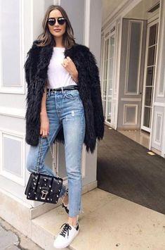 it girl - t-shirt-branca-calça-jeans-faux-fur - faux fur - inverno - street style | Juntar todos os clássicos e básicos em um só visual pode dar um resultado incrível. T-shirt branca, jeans e faux fur: simples e cool.