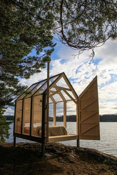 Ecologic Scandinavian garden connected to nature .- Ecologic city garden connected to nature Scandinavian garden - paul marie creation Scandinavian Glass Cabin, Glass House, Tiny House, Scandinavian Garden, Rustic Stone, Cabins In The Woods, Glamping, Play Houses, Architecture