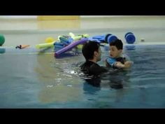 Terapia en piscina con niños con daño cerebral. Hospitales Nisa  Este vídeo muestra el uso del entorno acuático en el tratamiento con niños. Aprovechando las posibilidades de movimiento que ofrece el agua que, además de favorecer el aprendizaje de destrezas acuáticas mientras juegan, el medio acuático proporciona un entorno lúdico y estimulante.