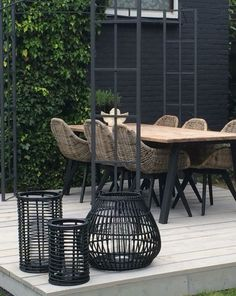 Gray, black and natural wicker and pale wood outdoor garden dining set with great modern contemporary style! Love the mix of textures and woven wicker chairs! Tuinset Source by robertabrunnhub