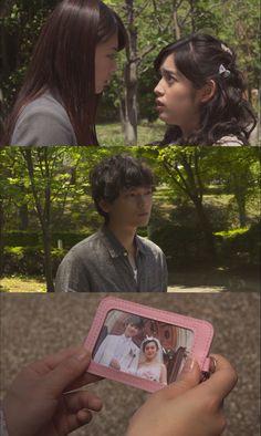 """Rika detiene a Kotoko en la calle y le confiesa que ama a Naoki y le dice que él sentía lo mismo por ella. Kotoko: """"Pero poco a poco, él se fijo en mi y me pidió que nos casáramos"""". Naoki aparece y las ve discutiendo. Rika ve una foto de la boda que Kotoko lleva en su bolso. Tira de ella y se burla de Kotoko, para luego lanzarla al piso. Harta, Kotoko la empuja. Naoki corre a ayudar a Rika, mientras le reprocha a su esposa lo que hizo - Itazura na Kiss Love in Tokyo 2, Episodio 9"""