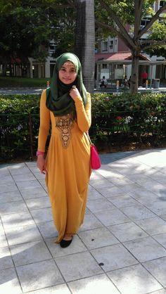 Robe moutarde avec ornement. Féminin et decent
