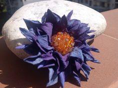 Decoro per capelli. Fiore in pelle ovina, lavorato a mano. Decorato con cristalli.