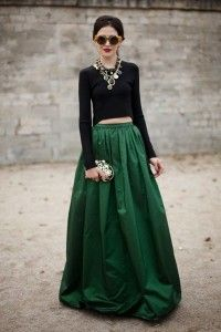 look de invitada con falda larga verde