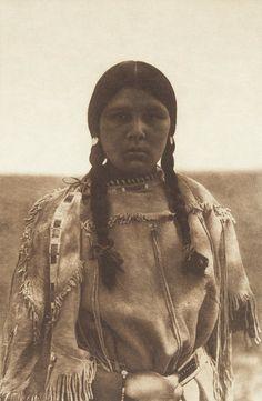 Apsaroke Maiden (The North American Indian, v. IV. Cambridge, MA: The University Press, 1909)