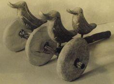 Gliniany wózek kultowy z Brzeźniaka (Pomorze Zachodnie). Jest to jedyny przypadek jednodyszlowego glinianego wózka kultowego. Składa się on z glinianych kółek połączonych drewnianą osią oraz figurek ptaszków z nóżką, która umożliwiała osadzenie na drewnianym dyszlu. Wózki tego rodzaju związane były z kultem solarnym oraz obrzędami pogrzebowymi. Datowanie: X-XI w. p.n.e. (kultura łużycka). Polska