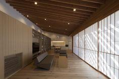 Incline to Forest East Japan 2012 villa 187.11 m2 *not available for publication Photography by Mitsumasa Fujitsuka Incline to Forest 東日本 2012年 別荘 187.11 m2 森の中の斜面に、いかに建築を着地させるかを考えた。まず斜めの地面と逆勾配に、斜めの屋根を配置し、その二つの斜面の中心、すなわち対称軸にあたる部分に、大きな水平のバルコニーを設けた。そうやって二つの斜面のバランスをとることによって、傾いた地面に、建築を着地させようと考えた。この三つの面を、高さ20メートルの縦の木が貫通する。 斜めのプレートを使って、建築と地面との間にさまざまな対話を発生させることに関心がある。この作品は、そもそも傾いた地面という存在を対象として、この「斜め」という応報を展開したものである。…