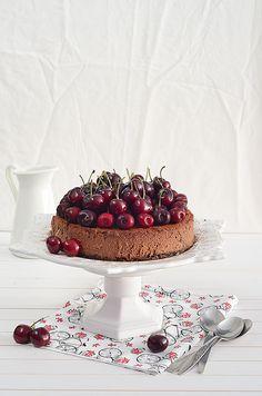 Tarta de queso y chocolate con cerezas