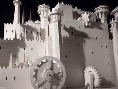 Pour faire la promotion de ses nouveaux carnets de notes 'Game of Thrones', Moleskine a fait appel aux artistes de Dadomani pour devinez quoi ?! Recréer en papier et en 3D le générique de cette cultissime série télé.Du grand art Pas moins de 7600 feuilles de papier - Moleskine bien sûr - ont