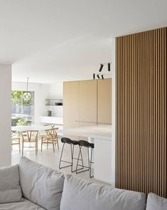 Kitchen and dining with warm oak wood and integrated cupboards opening up to backyard garden, Roeselare, Belgium by Minus - RoomPorn Timber Feature Wall, Timber Wall Panels, Feature Wall Living Room, Wood Slat Wall, Timber Slats, Accent Walls In Living Room, Timber Panelling, Wood Panel Walls, Feature Walls