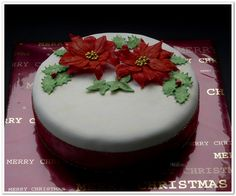 Rich fruit cake, covered with marzipan and fondant. The poinsettia flowers are made with a patchwork cutter. I worked for the first time with patchwork cutters and I found it quite frustrating. This cake is a present for my neighbor lady.