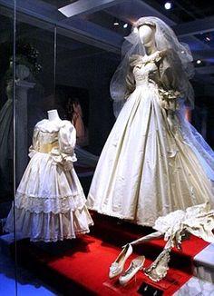 Diana of Wales. - Princess Diana of Wales wedding dress. Famous Wedding Dresses, Royal Wedding Gowns, Royal Weddings, Bridal Gowns, Princess Diana Wedding Dress, Princess Diana Family, Royal Princess, Lady Diana Spencer, Kate Middleton Dress