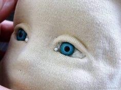 Мне часто пишут и спрашивают, каким образом я обтягиваю голову куклы трикотажем. Хочу ответить на ваш вопрос и, более того, показать, как я это делаю, но только на фото. Постараюсь показать и объяснить достаточно подробно и понятно. Для начала нам нужна сама заготовка кукольной головы, свалянная из шерсти. Многие валяют ее из синтепона, кому как удобнее.