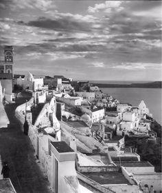 1937 ~ Fira, Santorini (photo by Herbert List) Fira Santorini, Santorini Sunset, Santorini Island, History Of Photography, Modern Photography, Greece Photography, Old Pictures, Old Photos, Herbert List