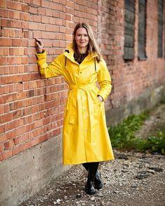 Vinyl Raincoat, Pvc Raincoat, Yellow Raincoat, Rain Cape, Going To Rain, Langer Mantel, Bronze, Raincoats For Women, Rain Wear