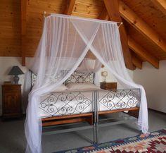 Un piacevole rifugio vicino al cielo - #Lotti Finalmente una zanzariera progettata per i letti in #mansarda ! - #zanzariera #baldacchino #Grigolite