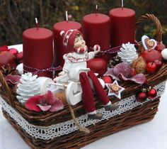 Vánoční dekorace s holčičkou Christmas Advent Wreath, Christmas Food Gifts, Country Christmas Decorations, Christmas Gift Baskets, Gold Christmas Tree, Christmas Room, Christmas Candles, Christmas Centerpieces, Xmas Decorations