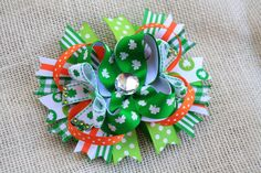 This is a St. Patricks Day inspired Medium Hair bow measuring 5 inches from spike to spike and 2 inches tall. Main bow is made using 7/8 inch grosgrain