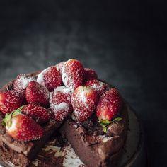 Genialne ciasto czekoladowe z 2 składników: tylko jajka i czekolada. Szybciej się nie da!