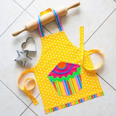 Kids & Toddlers Cupcake Apron, yellow childs polka dot baking cooking play craft apron, girl boy lined cotton apron, striped cupcake pocket - Nahen Ideen Toddler Apron, Kids Apron, Aprons For Kids, Fabric Crafts, Sewing Crafts, Sewing Projects, Sewing Tips, Sewing Hacks, Childrens Aprons