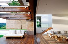 Área com deque de madeira é protegida por toldo retrátil