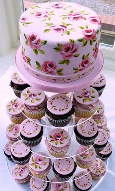 simple design of one rose repeated with a small border of rose buds. With matching cupcakes