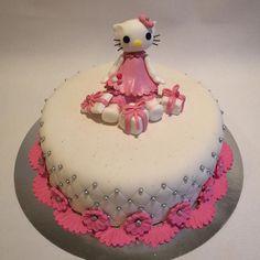 """86 likerklikk, 5 kommentarer – Renee Skarsfjord 🌺 (@reneeskarsfjord) på Instagram: """"#hellokittycake #1år#sjokoladekake #melkesjokoladekrem #babygirl #sjokoladekake#bakemag #jente…"""""""