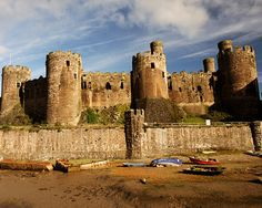 Conwy Castle. For obvious reasons, king Edward did not want the locals building this castle, so he recruited around 4,000 English workers. Many of them were held against their will within the confines of the castle. Also 300 carpenters and 1,000 diggers were recruited from Chester. rjp. i13