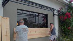 Preparativos. Un grupo de operarios sellan y blindan las puertas y las ventanas de un comercio en la ciudad de Miami para prevenir los efectos del paso del huracán. reuters