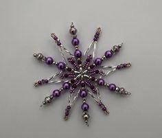 Vánoční hvězda z korálků Vánoční hvězdička z korálků a perliček na pevné drátěné konstrukci , velikost 10 cm v barvách stříbrná fialová