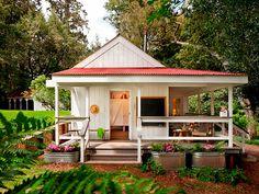 Fachada de una casita de campo en un campamento de verano